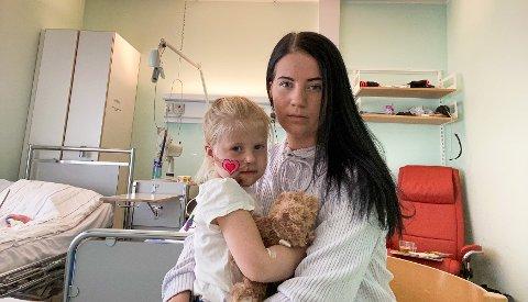 STORE SKADER: Leah ble fløyet til Universitetssykehuset Nord-Norge HF i Tromsø som følge av skadene hun pådro seg etter et fall ned skrenten og over kanten på sykkel i den nye sykkelparken for barn i Talvikparken, forteller moren Sarah Kibsgaard. Her sammen med Leah på sykehuset.