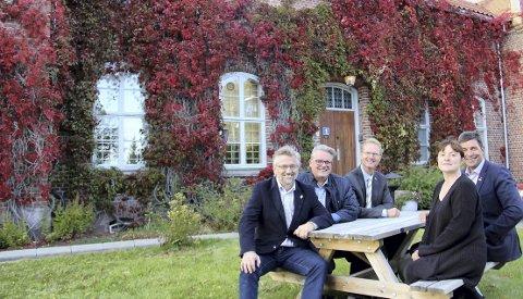 Fra venstre: En egen kvinneavdeling styrker Kongsvinger som justisby, og gir muligheter for flere utvidelser, mener Høyres gruppeleder i kommunestyret, Eli Wathne (t.h.), stortingsrepresentantene Gunnar Gundersen (H) og Tor André Johnsen (Frp) og fylkesleder i Frp, Johan Aas. Ordfører Sjur Strand (t.v.) er også positiv til at regjeringens planer.FOTO: SIGMUND FOSSEN