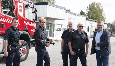 FLYTTER HIT: Brannkonstablene Ole Magnus Brenna (fra venstre) og Martin Heimdal i Glåmdal brannvesen IKS er klare med utstyret på området der den nye brannstasjonen i Kongsvinger skal ligge, mens leder for forebyggende avdeling, Egil Leikåsen, brannsjef Per Ivar Bekk, og Kongsvinger-ordfører Sjur Strand (Ap) også synes det er verdt å feire den nye lokaliseringen nederst i Vardåsveien.