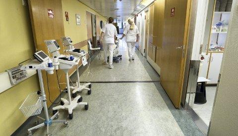 BRUDD: Kongsvinger sjukehus har mange brudd på arbeidsmiljøloven, blant annet i form av for lange vakter. Direktøren forsikrer at dette ikke truer sikkerheten for pasientene, men følger nøye med på utviklingen.