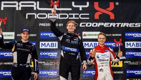 Til topps: Ben-Philip Gundersen (i midten) kunne juble etter sammenlagtseieren i det nordiske mesterskapet i Supercar Lites i helga.