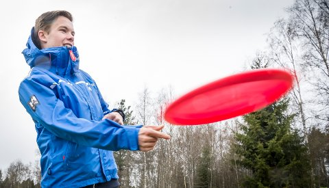 KAST: Johan Grundt, lærer og frisbeegolf entusiast slenger av gårde en disk.