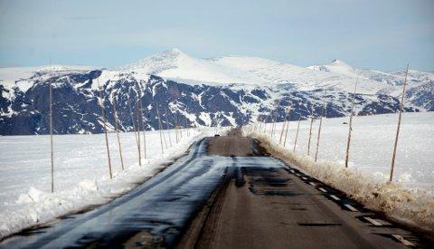 Det er lite snø over Valdresflye, men fjellovergagen mellom Nord-Gudbrandsdal og Valdres ble likevel stengt tirsdag ettermiddag på grnn av vanskelige kjøreforhold. Vårt bilde er fra mandag.