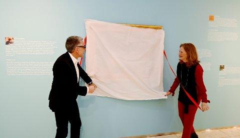 """Her avduker kunstmuseets direktør, Nils Ohlsen, og Birthe Mørreaunet Selvaag fra Sparebankstiftelsen DnB akvarellen """"Syende flicka"""" som har kostet over 11. mill. kroner."""