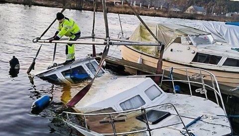 REDDES: Båten løftes opp fra Tista.