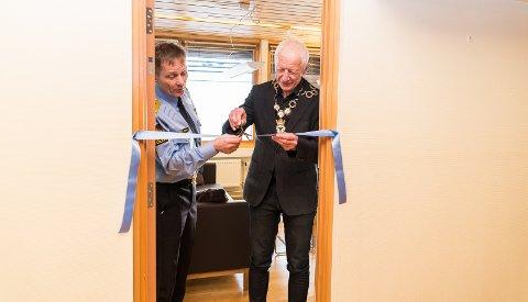 KLIPPET SNORA: Politimester Johan Brekke og ordfører Einar Busterud klippet snora til det nye kontoret.