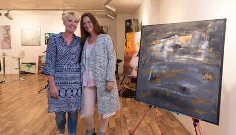 MALERI: Stine Bekkemellem fra Sagatun Brukerstyrt senter har fått sine malerier utstilt på Maxi. Her står hun sammen med miljøarbeider Kristin Høines (høyre).
