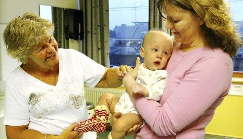 6b405b1c TIDLIG KRØKES: Vesle Emma fikk solide og store strikkesokker av Kirsten  Smedsvik i 2004.