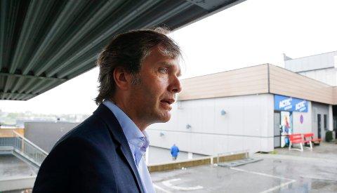 Rådmann Ole Bernt Thorbjørnsen og avdelingsleder for idrett, Kjetil Lande, mener sommeråpent i Haraldshallen ikke kan forsvares.