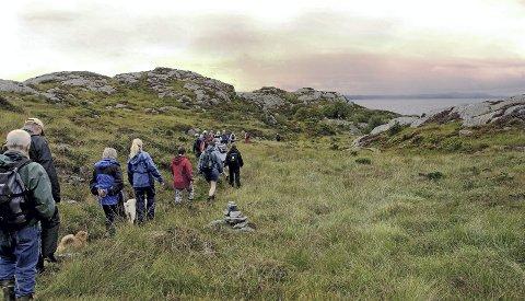 UT PÅ TUREN: Deler av Gullstien går på en gammel  kjerreveg i Sveio. FOTO: HAUGESUND TURISTFORENING