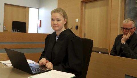 Forsvarer: Advokat Ingrid Lauvås var tiltaltes forsvarer i både tingrett og lagmannsrett. Bak sitter en av de to rettspsykiatrisk sakkyndige, Johannes Skaar.