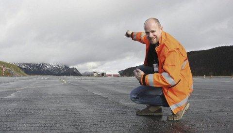 Vedlikehold: Lufthavnsjef Finn Ove Hofstad ser fram til enklere vintervedlikehold når nye banelys er montert.Foto: Jon Steinar Linga