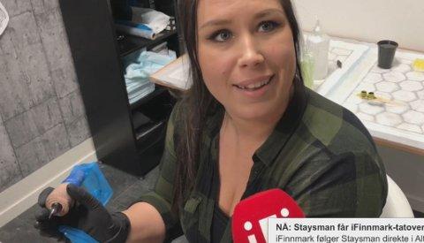 – SPORTY: Liss Beate Hansen ved Real Art Tattoo, synes Stian Thorbjørnsen er sporty som vil minnes Finnmark. Det var ikke hun som tatoverte ham.