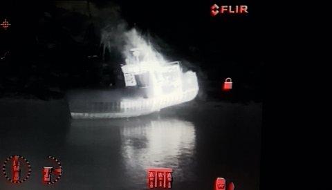 VARMT I MOTORROMET: Dette bildet filmet med et såkalt FLIR termisk kamera, viser hvor varmt det er i båtens bakpart i motorrommet der brannen startet. Varmen går oppover i styrhuset. Desto lysere farge, desto varmere er det.