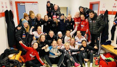 SUPER STEMNING: Stemningen i garderoben var skyhøy etter seieren. Medkila rykker ikke opp til Toppserien, men prestasjonen var enorm i hjemmekampen, der arbeidet til slutt resulterte i seier mot toppserielaget Kolbotn.