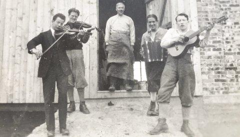 LANGE TRADISJONER: Dette bildet er tatt fra åpningen av låven på Frilund i 1929. Lørdag skal brødrene Maarud og Simen Aanerud spille på samme arena. FOTO: PRIVAT