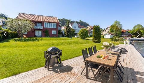HØY PRISKLASSE: Denne strandeiendommen i Hagemannsveien i Holmestrand ble lagt ut med en prisantydning på 18 millioner kroner. Nå er den solgt, men megleren ønsker ikke å oppgi prisen. Foto: Studio Oslo
