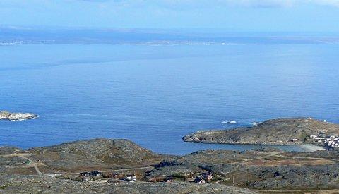 VARANGERFJORDEN: Idylliske Varangerfjorden i stille og fint vær. Og på bildet er det ikke krig med fly over, slik det var i krigens avslutning i august 1944.