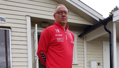 FOTBALLSKOLE: Torstein Røisgaard fra Notodden blir trener under Tines fotballskole på Kragerø stadion sammen med tidligere Vålerenga-spiller Espen Haug. Foto: Privat