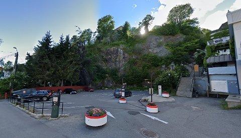 SKADEVERK: Steiner ble kastet fra Kragerø skole og ned på denne parkeringsplassen.