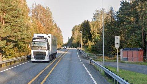 """341 fartsbøter og tre førerkortbeslag ble """"fangsten"""" for denne fotoboksen på E18 ved Åuråen i fjor. (Illustrasjonsfoto: Google Street View)"""