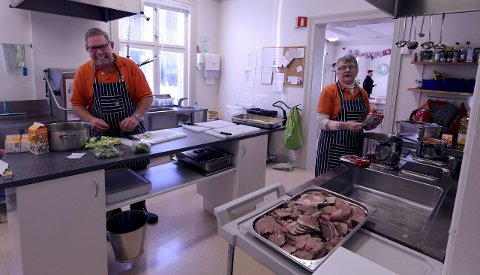 Kjøkkentjeneste: Godt humør og en fleipete tone er viktig når Arvid Øverland og Karin Hansen svinger seg bak grytene på.