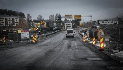 MYE GJENSTÅR: Veien er langt ifra ferdig, selv om den nå er åpnet for trafikk.