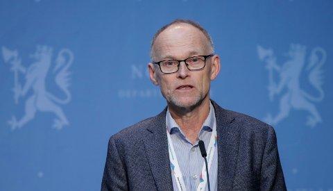 INFORMERTE: Fagdirektør i Folkehelseinstituttet, Frode Forland deltok onsdag på den daglige pressekonferansen i marmorsalen i Klima- og miljødepartementet.