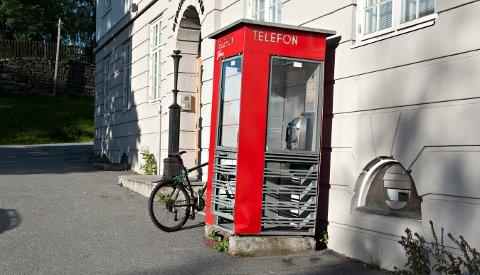 MIKROBIBLIOTEK: Telefonkiosken i Klokkerbakken blir offisielt åpnet som lesekiosk 21. september.