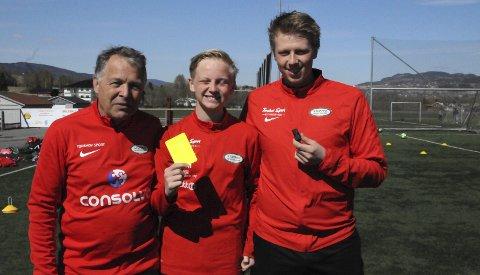 VIL BLI BEST I FYLKET: Rolf Mauritzson (t.v.) og Niklas Kvistad Hollund skal veilede de unge dommertalentene i Stoppen SK. Ett av dem er gutten i midten; Elias Egenæs Melgård.