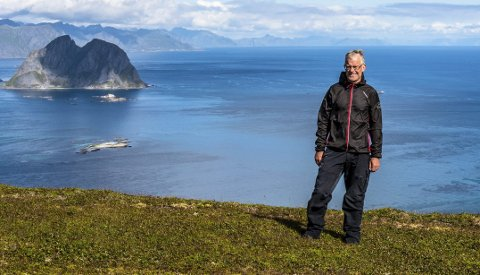 HVALBEINENTUSIAST: Ola Torstensen, som er oppvokst på Værøy, sørget for at et hvalbein som ble funnet her oppe på Gjerdheia er blitt aldersdatert. Foto: Jon Olav Larsen