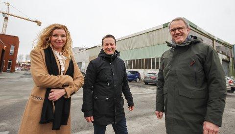 FORNØYDE: Trine Lise Wahl valgte å selge Varnaveien 33 til Nils Fredrik Jegersberg ( i midten) og Lars Kjell Tomren som fra før er tungt inne i eiendom på Eidsvoll og Jessheim. Nå skal det legges planer for utvikling av eiendommen.