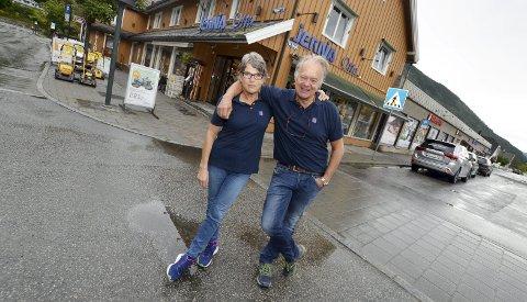 Jobber med interessenter: Ekteparet Elisabeth og Pål Sletten jobber begge i butikken. Nå jobber de med interessenter som kan bli de nye driverne av butikken.