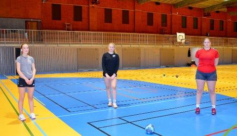 Frida Marie Rødølen (15) Ida Dypdalen (15) og Synne Hoff Slåen (16) sier at det er skikkelig godt å komme i gang igjen.