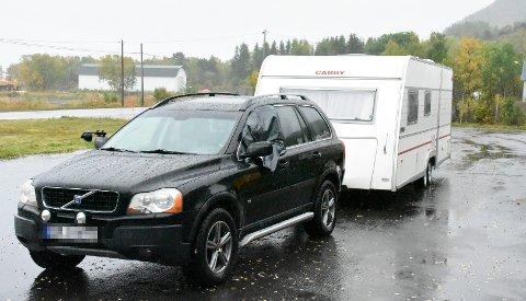 KOLLISJON: De to som satt i denne Volvoen fikk begge kuttskader etter sammenstøtet med en bobil på E10 søndag.