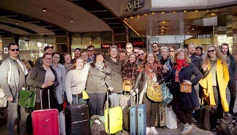 TOG FOR FLY: Mesteparten av Bukta-gjengen som søndag satte seg på toget for å komme seg hjem fra den svenske hovedstaden.