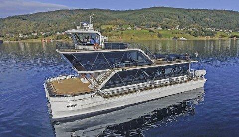 TOK FYR I OSLOFJORDEN: Vanligvis brukes hybridbåten «Brim» i turisttrafikken utenfor Troms og Finnmark. Torsdag var den midtfjords i Oslofjorden da den tok fyr. Alle fire om bord ble reddet i land.