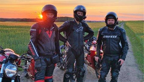 KAMERATER: Eirik Grønolen (t.v.) elsket å kjøre motorsykkel. Her på hjemvei fra banen på Rudskogen, sammen med Andreas Doppelmayr og Petter Knutsen (t.h.), begge venner siden oppveksten i Valdres. FOTO: PRIVAT