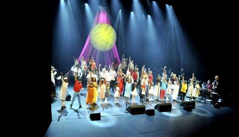 FARGESPILL Gjennom flere år har Fargespill imponert på den store scenen i Bølgen. Nå har de fått med seg selveste marinemusikken til forestillinger lørdag