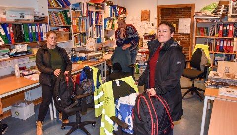 PAKKER SEKKENE: Silje Kristin Nilsen (til venstre) og Liv Ellen Hansen gjør klart til hjemmeundervisning. I bakgrunnen rektor Geir Cato Berggren.