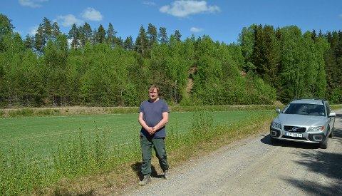 PÅ FLOMVERKET: Ole Kristian Solberg på stedet der han gravde hull på flomverket i Heradsbygd 2. juni 1995.