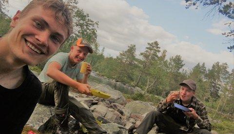 BITT AV NAUREN OG VILLMARKA: For denne unge trioen, Andreas Spydevold (fra v.), Sindre Mensa og Emil Berg, er det ingen fritidsaktivitet som overgår å være ute i skog og mark. Nylig gjennomførte de sin første ekspedisjon i Femundsmarka.