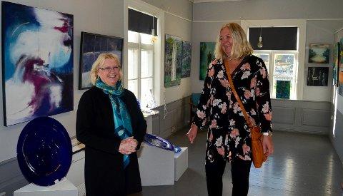 ORDFØRERBESØK: Fra venstre Ellen Vikan i Elverum kunstforening fikk onsdag ordfører Lillian Skjærvik (Ap) og resten av formannskapet på besøk.
