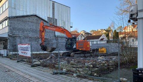 KLARGJØR: Mustad Bygga har påbegynt grunnarbeidene for fundamentering av boligbygget i Storgata 5 Langesund. Jørgen Mustad sier planen er å reise bygget i løpet av juli. – Prosjektet er planlagt ferdigstilt i løpet av første kvartal 2021, sier han.