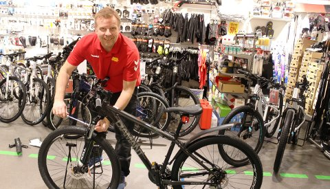 Koronasituasjonen gjør at det er lite folk i handlegatene. – Jeg vil at kundene skal komme og handle og ikke bare gå rundt å glo, sier Jan Rune Moum i BEHA Sport Brotorvet.