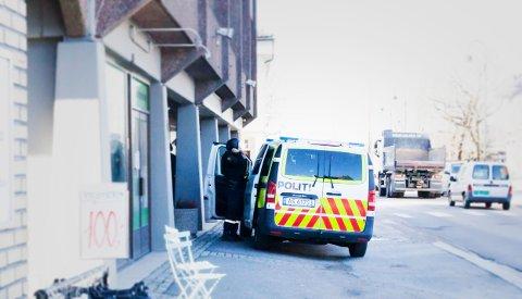 AKSJONERTE: Væpnet politi med beskyttelseskjold tok seg inn til en adresse i Rakkestad sentrum etter melding om at en mannsperson hadde gått rundt i sentrum med våpen gjemt under jakka.