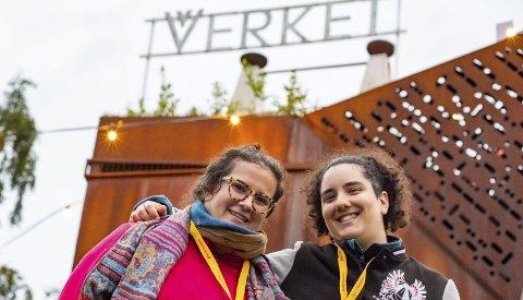 Lang reise: Laura Cabello (t.v.) og Begoña Ortiz har reist helt fra Barcelona for å oppleve Aurora på Verket.