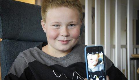 Videohilsen: Med denne telefonen laget Emil-Andre Lillejord en videosøknad som han sendte NRK Super. Foto: Beate N. Johansson