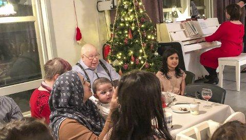 Frivillige, et raust næringsliv og kulturarbeidere på tilbudssida, sørget for at over et hundre gjester på Bakeribygget fikk ei god jul, sammen med andre.