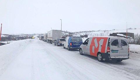 Mange venter på å få komme med kolonnen som kjører over Saltfjellet tirsdag formiddag. Bildet er fra nordsida av fjellet.